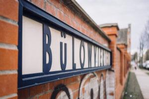 """Mauer mit der Aufschrift """"Bülowviertel"""""""